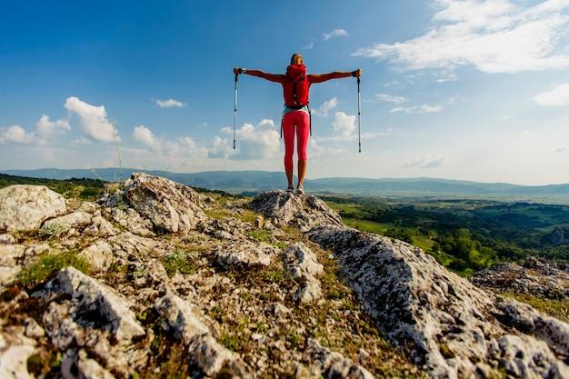산에 하이킹하는 젊은 여자