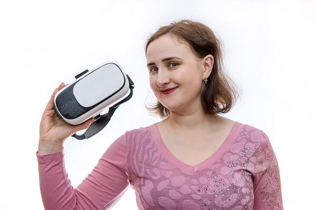 分離された3d仮想メガネを保持している若い女性