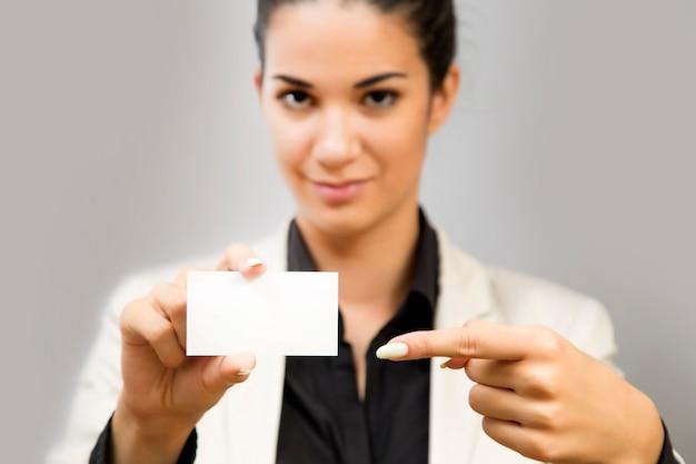 Молодая женщина с пустой картой