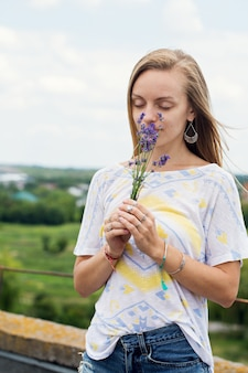 Молодая женщина, держащая букет лаванды