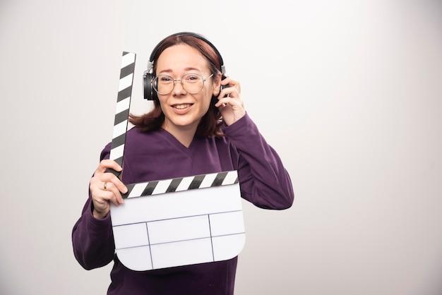 白のシネマ テープを保持している若い女性。高品質の写真 無料写真