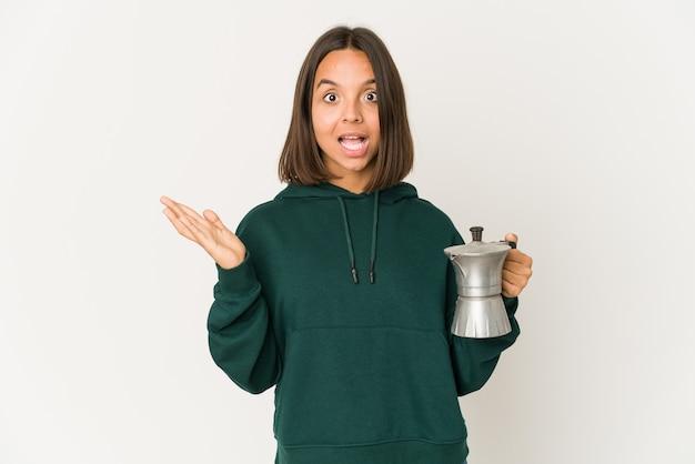 젊은여자가 커피를 들고