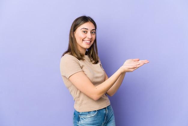 Молодая женщина, держащая копию пространства на ладони