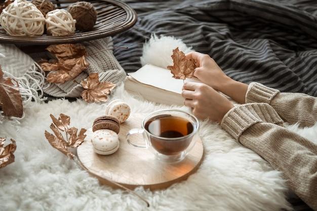 お茶を持っている若い女性