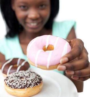 도넛을 들고 젊은 여자