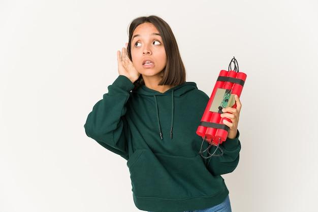 Молодая женщина, держащая динамит