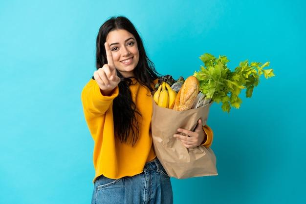 고립 된 식료품 쇼핑 가방을 들고 젊은 여자