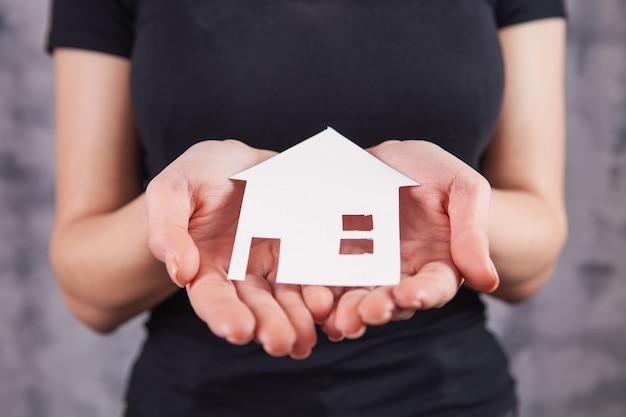 家を持つ若い女性