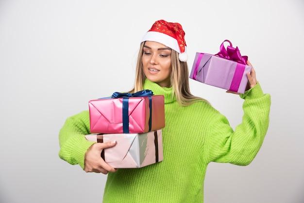 축제 크리스마스 선물을 많이 들고 젊은 여자.