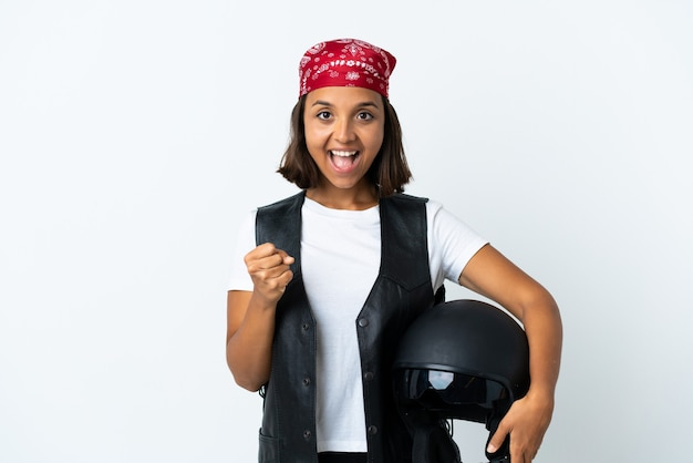 승자 위치에서 승리를 축하하는 흰색에 고립 된 오토바이 헬멧을 들고 젊은 여자