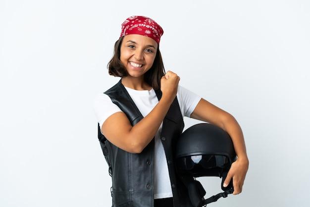 Молодая женщина, держащая мотоциклетный шлем, изолированные на белом, празднует победу