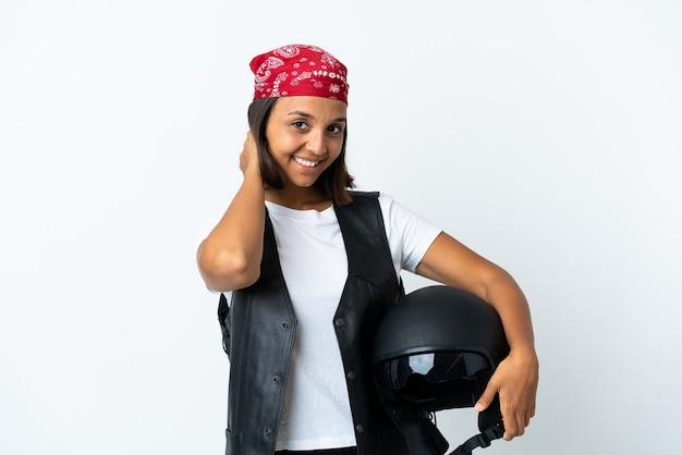 흰색 웃음에 고립 된 오토바이 헬멧을 들고 젊은 여자