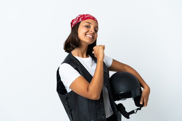 Молодая женщина, держащая мотоциклетный шлем, изолированная на белом, гордая и самодовольная