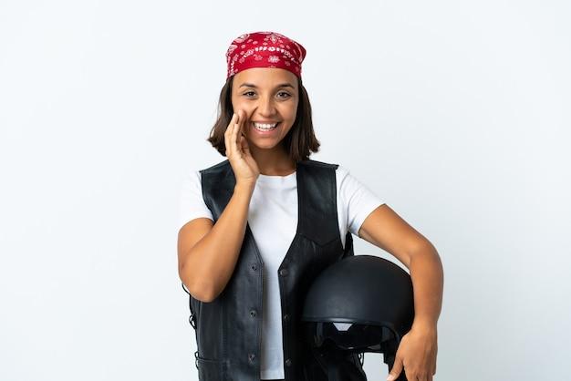 孤立したオートバイのヘルメットを保持している若い女性