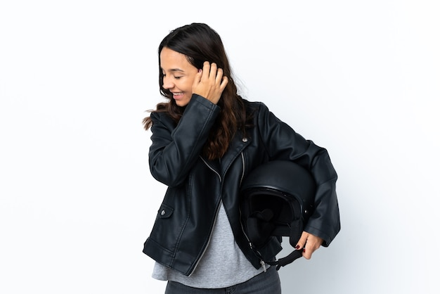 격리 된 흰색 배경 웃음 위에 오토바이 헬멧을 들고 젊은 여자