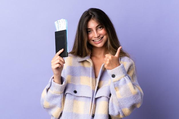 飛行機のチケットでパスポートを保持している若い女性