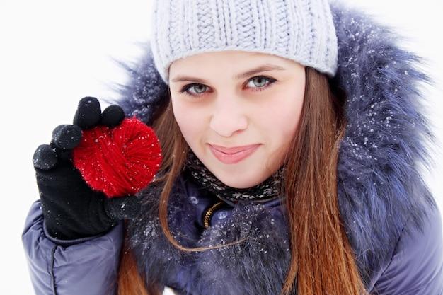 붉은 마음을 손에 들고 젊은 여자