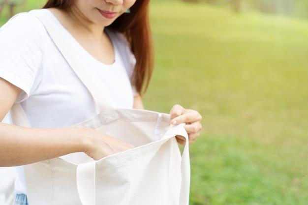 再利用可能なバッグを保持している若い女性