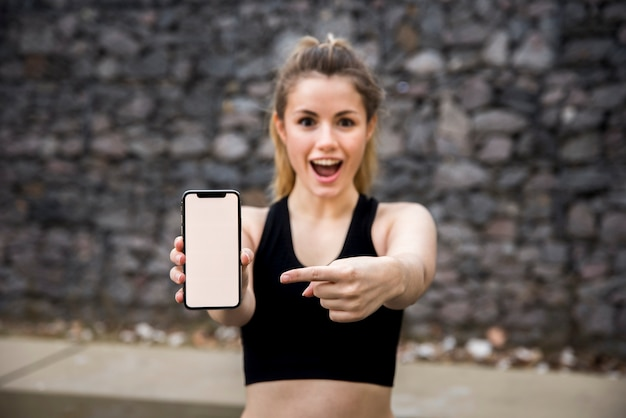 スマートフォンを保持している若い女性 無料写真