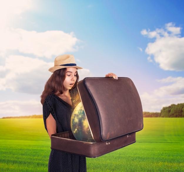 마법의 글로브와 함께 가방을 들고 젊은 여자.