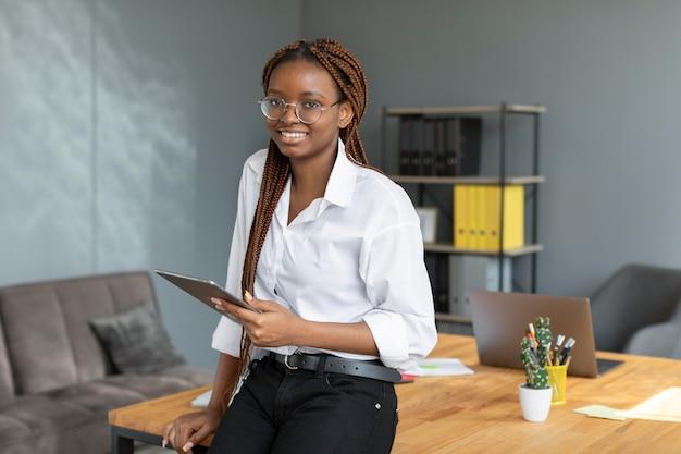 직장에서 태블릿을 들고 있는 젊은 여성