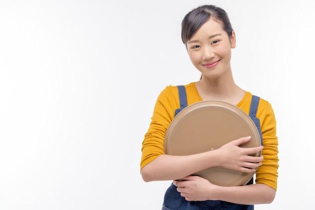 Молодая женщина держит пустой поднос