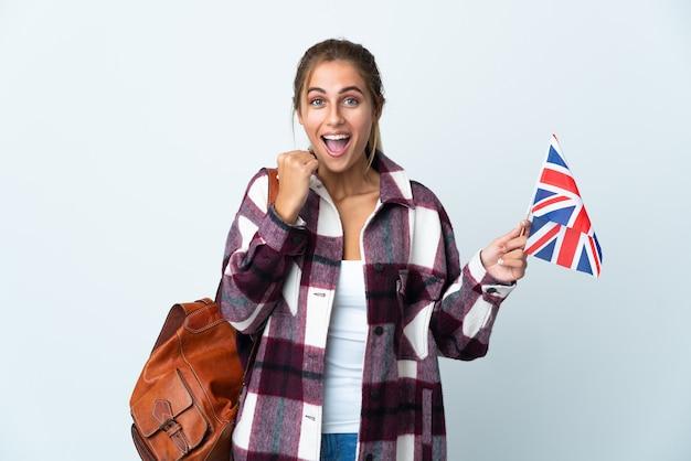 勝者の位置での勝利を祝う白の英国旗を保持している若い女性