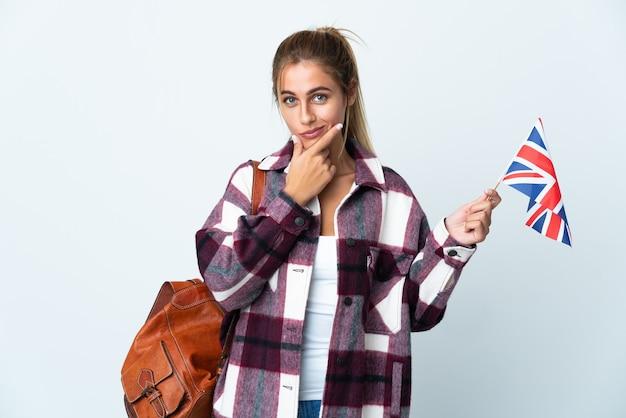 白い思考に英国の旗を保持している若い女性