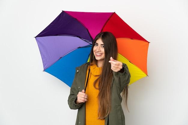 Молодая женщина, держащая зонтик, изолированные на белом фоне, делая денежный жест