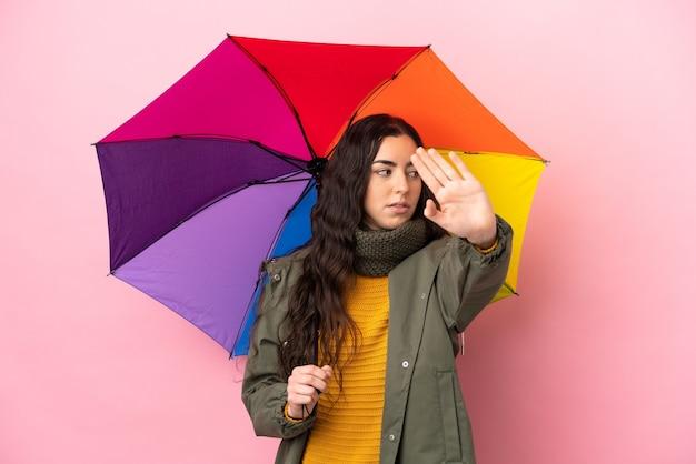 Молодая женщина, держащая изолированный зонтик