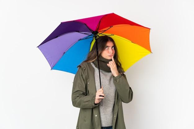 우산을 들고 젊은 여자
