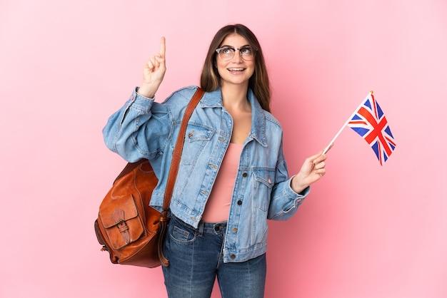 좋은 아이디어를 가리키는 분홍색에 고립 된 영국 국기를 들고 젊은 여자