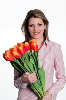 チューリップの花束を保持している若い女性