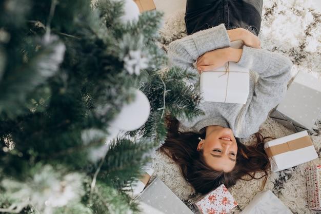 크리스마스 선물을 들고 젊은 여자