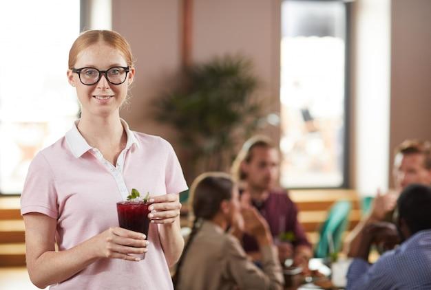 Молодая женщина, держащая коктейль