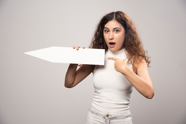 空の空白の白いスピーチポスターを保持している若い女性。高品質の写真