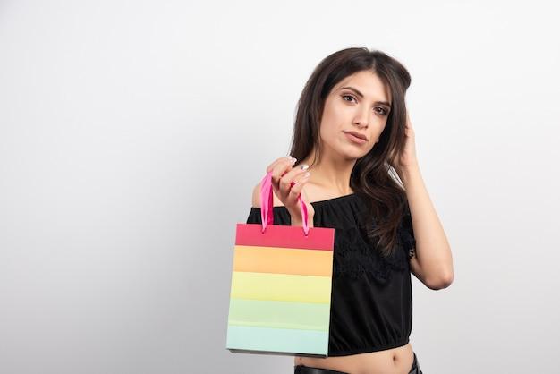 선물 가방을 들고 젊은 여자.