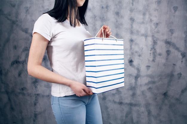 ギフトバッグを持った若い女性