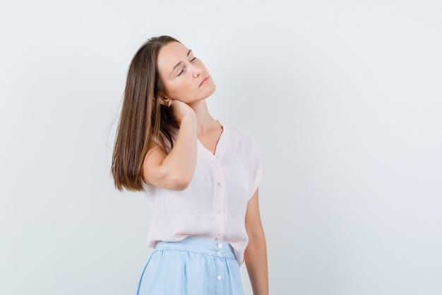 Tシャツ、スカート、落ち着いて、正面図で首に手をつないで若い女性。