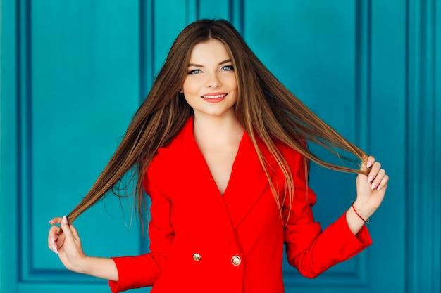 Молодая женщина, держащая ее кончики волос
