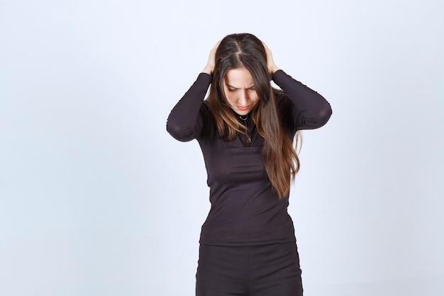 그녀는 두통이 있거나 흥분되어 그녀의 머리를 잡고 젊은 여자