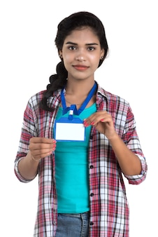 身分証明書の白い空白のプラスチックidカードを保持している若い女性。