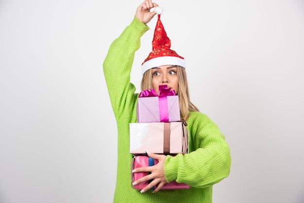 손 축제 크리스마스 선물에 들고 젊은 여자.
