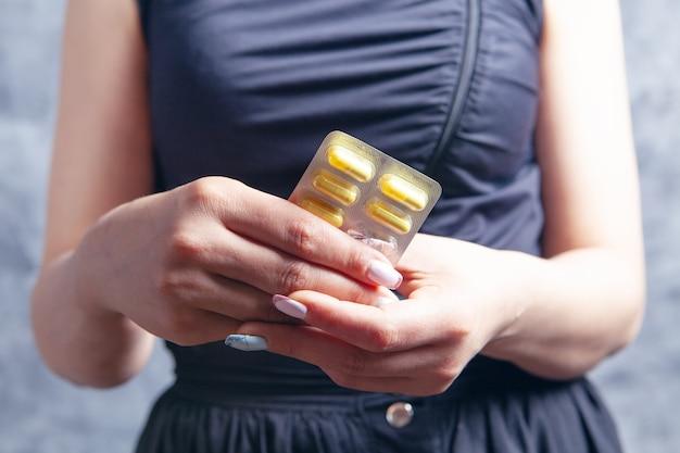 錠剤を持った若い女性