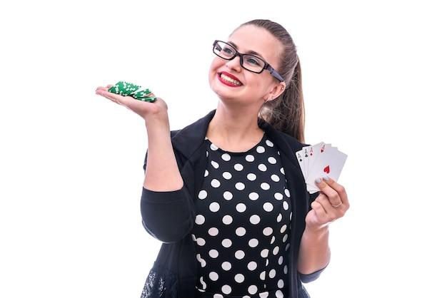 카드 놀이 및 칩 흰색 절연을 들고 젊은 여자