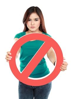 Молодая женщина, держащая запрещенный знак