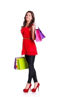 Молодая женщина, держащая хозяйственные сумки
