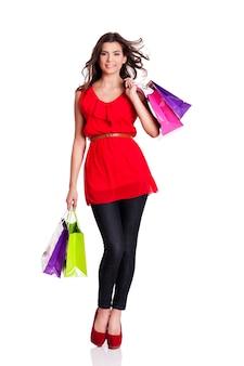 Giovane donna che tiene i sacchetti della spesa
