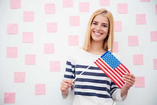 미국 국기를 들고 젊은 여자