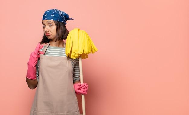 傲慢で、成功し、前向きで、誇りに思って、自己を指している若い女性の家政婦